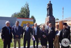 Глава Администрации района Ю.И.Матузов и почётные гости перед началом торжественной церемонии открытия памятника