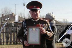 Предводитель Красноярского Дворянского Собрания с Благодарственным письмом, врученном за благотворительную помощь в создании памятника