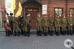 Построение у здания, где находился штаб 30-го Сибирского стрелкового полка