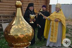 Предводитель Елабужского Дворянского Собрания протоиерей Сергий Лепихин освящает купол