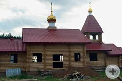 Купола с крестами установлены на строящийся храм во имя Царственных страстотерпцев
