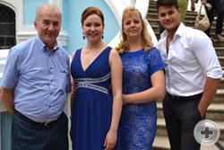 Слева направо: Александр Шеффер, Наталья Кирилова, Светлана Борисова и Сергей Дудинский у входа в усадебный дом