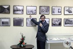Заместитель директора Дома Русского Зарубежья И.В.Домнин рассказывает о фотографиях фотовыставки