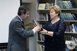 И.В.Домнин передал в дар библиотеке книги издательства «Вече»