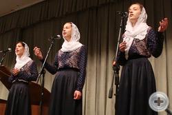На сцене вокальный ансамбль «За Святую Русь» (художественный руководитель Ксения Мазур)