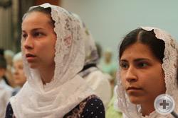 Зрители с вниманием следят за духовным действом на сцене