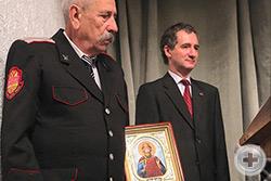 Поздравление с 80-летием потомка дворянского рода Шкуро – В.И. Шкуро. <br />Духовник ДС Кубани вручает юбиляру икону Св. князя Владимира