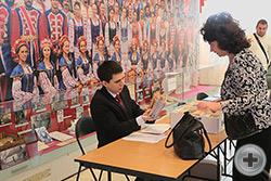 Регистрация участников и гостей ХI Международных Дворянских чтений. За регистрацией М.В. Сухачев