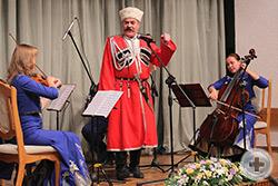 «Майский вальс» исполняет Заслуженный артист Кубани Николай Каратун