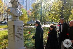 Члены Дворянского Собрания Кубани и гости ХI Международных Дворянских чтений возлагают цветы к бюсту Ф.Ф. Ушакова
