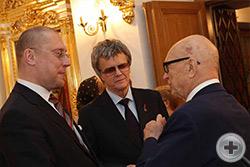 А.Н.Закатов беседует с И.И.Поленяченко (в центре) и членом РДС В.П.Потерухиным