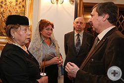 В.И.Алявдин беседует с Г.В.Корниловой (слева) и Н.М.Орловой. На заднем плане А.М.Олферьев