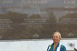 Л.В.Скульская у мемориальной доски в честь почетных граждан города Севастополя