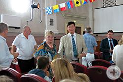 Непосредственное общение в зале Морского собрания: в центре - Михаил Владимирович Воронцов-Вельяминов (Франция)