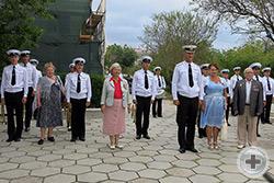 На территории Черноморского высшего военно-морского училища имени П.С.Нахимова делегацию потомков встречал духовой оркестр