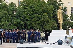 Курсанты собираются у памятника адмиралу П.С.Нахимову на центральной площади училища для встречи с делегацией потомков защитников Севастополя