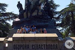 На Историческом бульваре у памятника выдающемуся военному инженеру Э.И.Тотлебену, возглавлявшему инженерную оборону Севастополя в годы Крымской войны