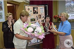 Л.В.Скульская и Л.Н.Христофорова вручают памятные подарки и Благодарственные письма МДС заместителю директора НМГООС Барановой В.А.