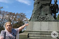 У памятника адмиралу В.А.Корнилову на месте его смертельного ранения его праправнучка Г.В.Корнилова рассказывает о несгибаемом духе адмирала