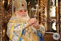 Высокопреосвященный Владыко митрополит осеняет молящихся крестом