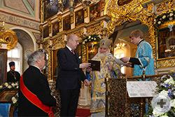 Высокопреосвященному митрополиту Арсению была поднесена памятная медаль в честь состоявшегося перенесения в Бари иконы Святителя Николая Чудотворца, написанной и освящённой в Москве