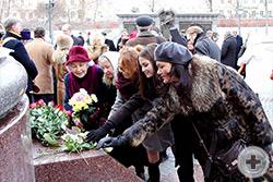Цветы возлагают участники общественного объединения «Алтарь Отечества»