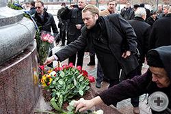 Цветы к памятнику возлагает член Союза художников России Филипп Александрович Москвитин