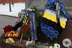 Венки и цветы к подножию памятника от патриотических организаций