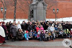 В мемориальной акции приняли участие дети - учащиеся школы из Люберец