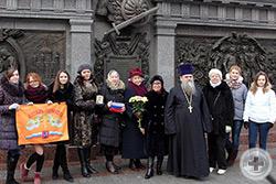 Участники общественного объединения «Алтарь Отечества» во главе с Татьяной Ивановной Петраковой (в центре, с российским флажком) вместе с Г.В.Ананьиной
