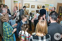 Участники и гости выставки собираются