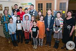 Юные участники готовятся к показу своих работ. Крайняя слева – Л.В.Скульская, с права – Н.Х.Айсина