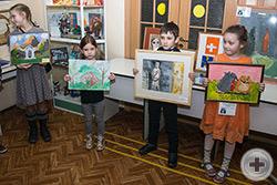 Группа юных художников готова демонстрировать свои работы