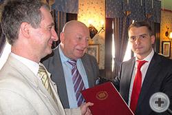 Предводителя РДС поздравляет и вручает юбилейный адрес Председатель Комитета Государственной Думы Я.Е.Нилов