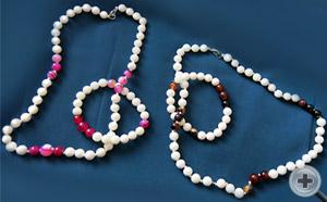 Слева - Набор бусы и браслет с розовым камнем. Справа - Набор бусы и браслет с камнем «тигровый глаз»