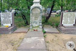 Памятные плиты у старинного кладбищенского памятника в сквере «Арбатец»