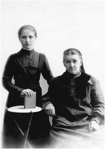 Зинаида Николаевна с бабушкой, опирающаяся правой рукой на книгу Нового Завета