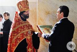 Архимандрит Александр преподносит Цесаревичу икону св. Георгия