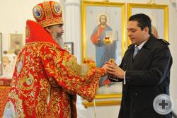 Епископ Мстислав дарит Цесаревичу пасхальное яйцо